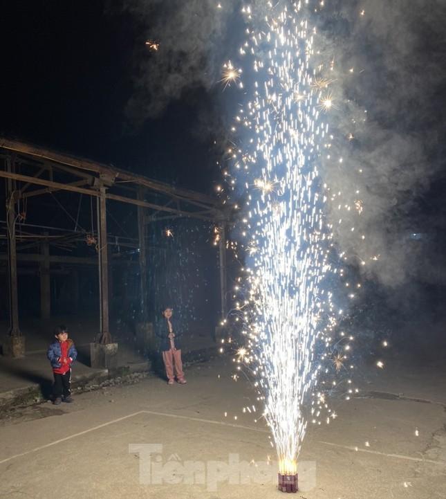 Con trẻ háo hức đốt pháo hoa, nếm vị Tết xưa ảnh 5