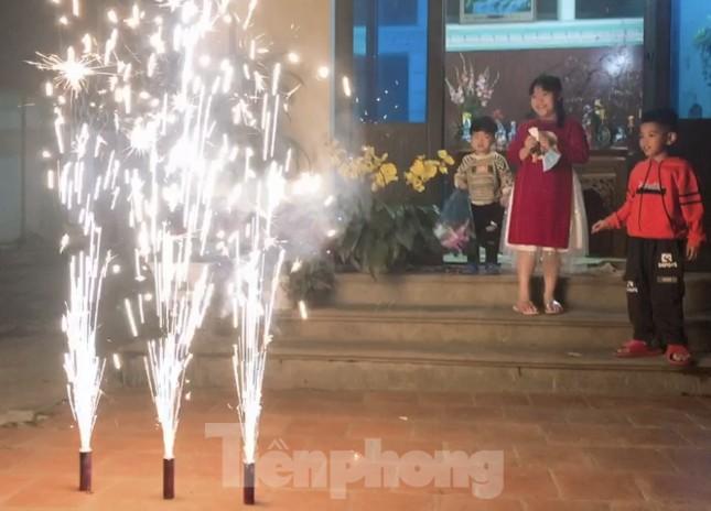 Con trẻ háo hức đốt pháo hoa, nếm vị Tết xưa ảnh 3