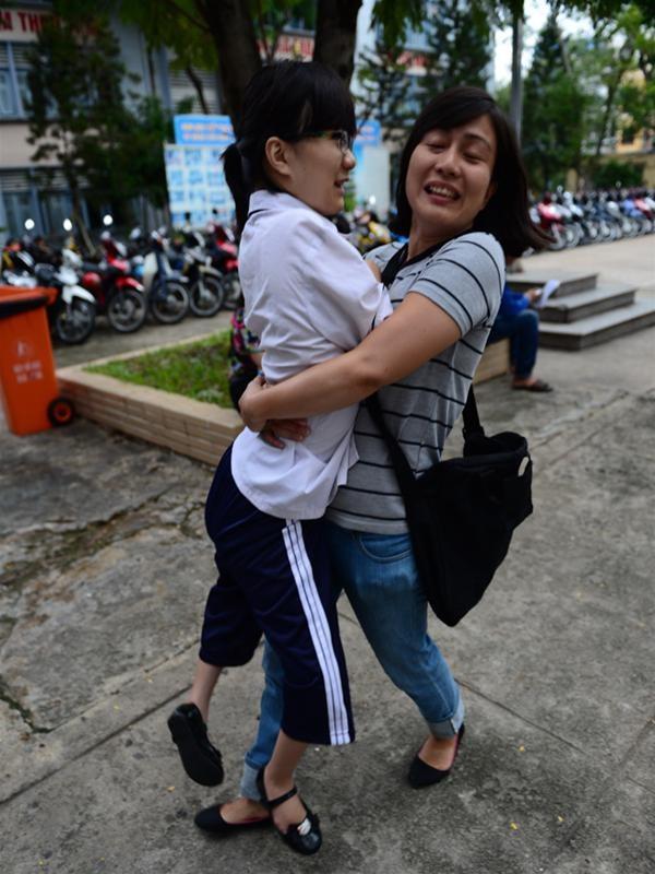 Hai mẹ con Vân tới phòng thi để làm thủ tục dự thi sáng 3-7