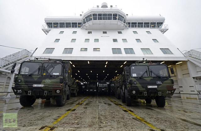 Nhiều xe quân sự của Đức chở tên lửa Patriot từ cảng Travemuende, Đức