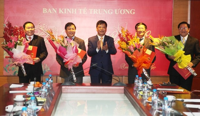Dong chi Tran Luu Hai Pho truong ban to chuc Trung uong trao quyet dinh