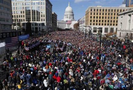 Ông Obama giữa hàng ngàn người ủng hộ ở Madison, Winsconsin hôm 5-11
