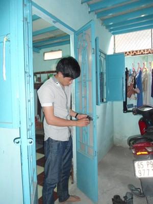 Nguyễn Mạnh Tường bên chiếc cửa mới Ảnh: Hồng Ân