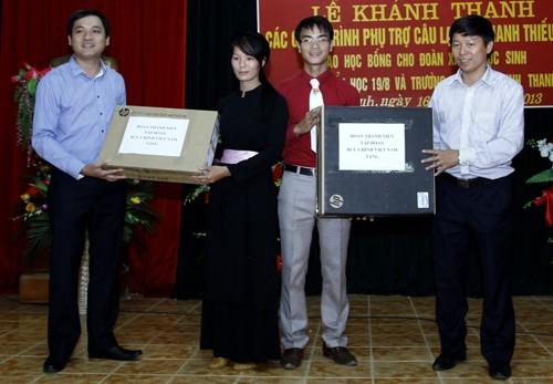 Dịp này, đại diện Đoàn thanh niên tập đoàn VNPT, Bí thư Đoàn tập đoàn VNPT Phan Hoài Nam tặng Đoàn xã Minh Thanh 1 bộ máy tính