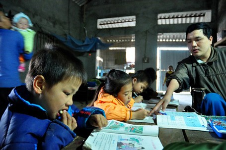 Nhiều khi học muộn, các em học sinh mang bánh, mang cơm đến để vừa học vừa ăn