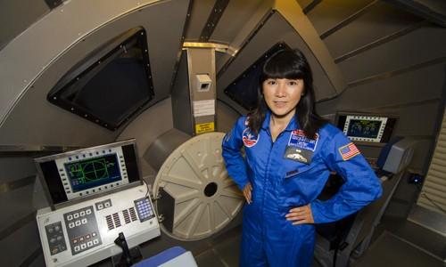 Cô giáo Nguyễn Thị Phương Giang tại chương trình đào tạo của đặc biệt của Honeywell tại Trung tâm Vũ trụ và Tên lửa Hoa Kỳ.