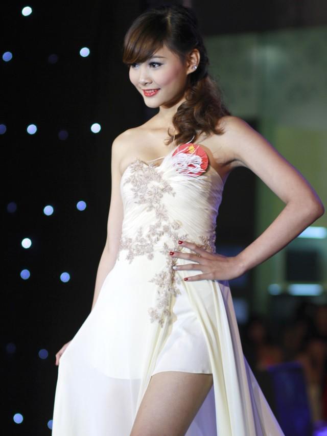 Ngắm dàn nữ sinh đẹp nhất Hà Nội diện váy xẻ tà gợi cảm ảnh 8