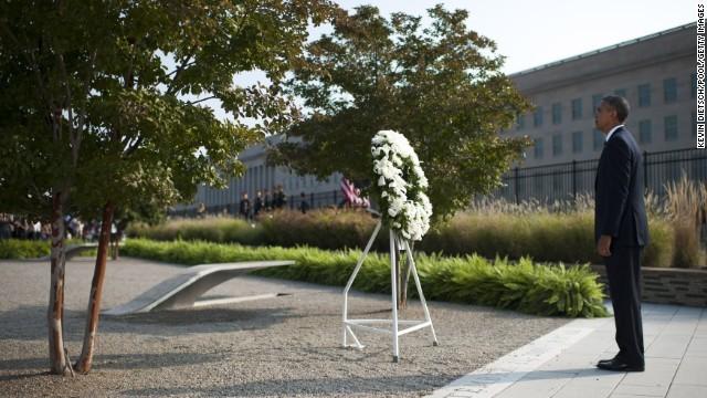Tổng thống Obama đặt vòng hoa tưởng niệm các nạn nhân vụ khủng bố tại Arlington, Virginia