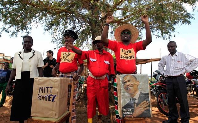 Một thùng bỏ phiếu tượng trưng và một bức ảnh ông Obama tại Kenya để thể hiện ông Obama sẽ giành chiến thắng trong cuộc bầu cử tổng thống