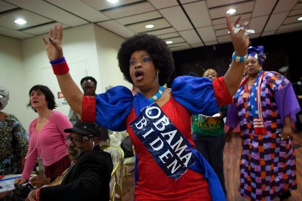Một phụ nữ nhảy múa mừng ông Obama đắc cử