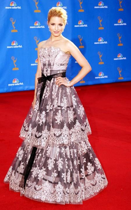 Nữ diễn viên, ca sỹ nổi tiếng người Mỹ Diana Agron lộng lẫy như một nữ hoàng trong chiếc váy voan với điểm nhấn là những họa tiết thêu tinh tế, đẹp mắt của hãng thời trang Carolina Herrera