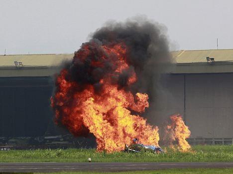 Chiếc máy bay nổ tung sau khi chạm đất - Ảnh: Reuters