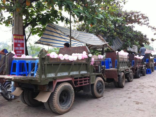 Dàn xe công nông đợi để chở bạn bè, anh em của cô dâu và chú rể