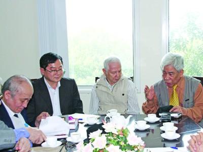 Nhà văn Bùi Ngọc Tấn (bìa phải) trong cuộc gặp tại báo Tiền Phong 3/2013