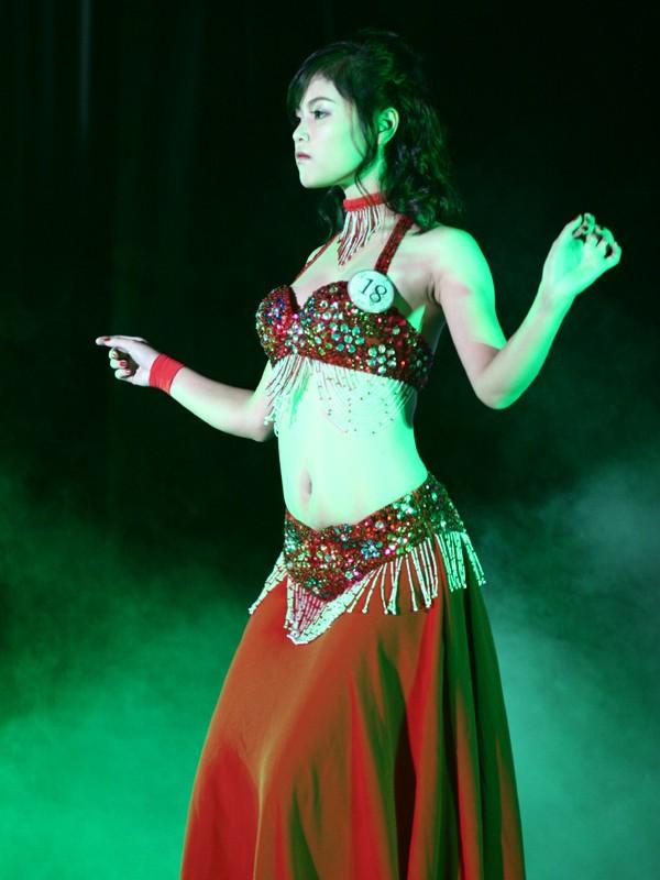 Hoài Thu múa Belly dance