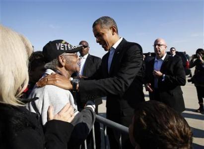 Ông Obama chào thân mật một cựu chiến binh khi đến Columbus, Ohio hôm qua
