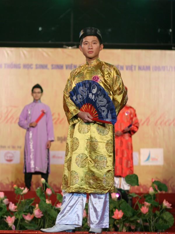 Nam khôi Xuân Dũng trang phục tự chọn là áo dài, khăn xếp