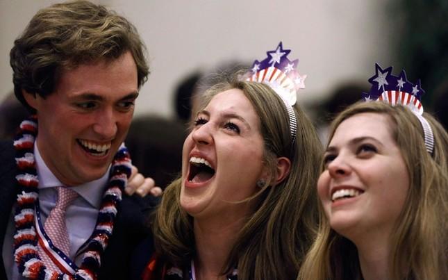 Các nhân viên đại sứ Mỹ tại London, Anh vui mừng khi biết tin ông Obama chiến thắng