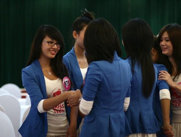 20 Miss Teen học cách làm duyên với đôi tay ảnh 3