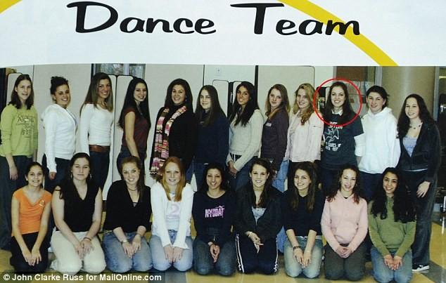 Katherine trong đội nhảy của trường