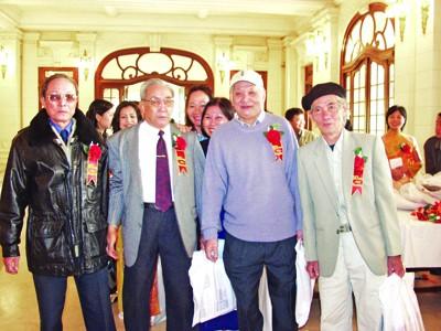 PV Mai Cát (bìa trái) và Mạc Lân (bìa phải) tại lễ kỷ niệm 50 năm báo Tiền Phong 2003. ảnh: Hồng Vĩnh