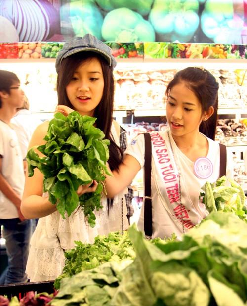 Xuân Mai cùng các bạn thí sinh vòng chung kết Miss Teen cùng chuẩn bị cho bữa tối tại Ez Cooking