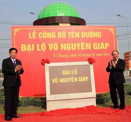 Phó thủ tưởng Nguyễn Xuân Phúc cùng Bí thư tỉnh ủy Hậu Giang Huỳnh Minh Trắc gắn tên đường Võ Nguyên Giáp