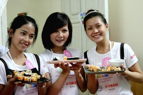 Khéo léo trong tài bếp núc (Diễm Trang ngoài cùng bên phải)