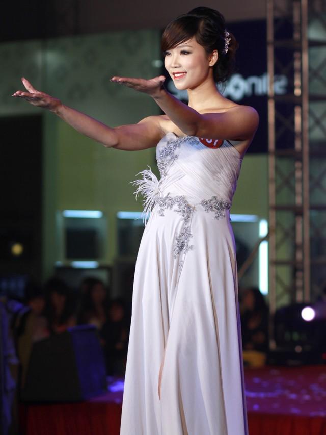 Ngắm dàn nữ sinh đẹp nhất Hà Nội diện váy xẻ tà gợi cảm ảnh 11