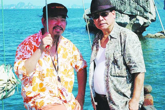 Nhà báo Nguyễn Phương Hùng (bên phải) tại Vịnh Hạ Long