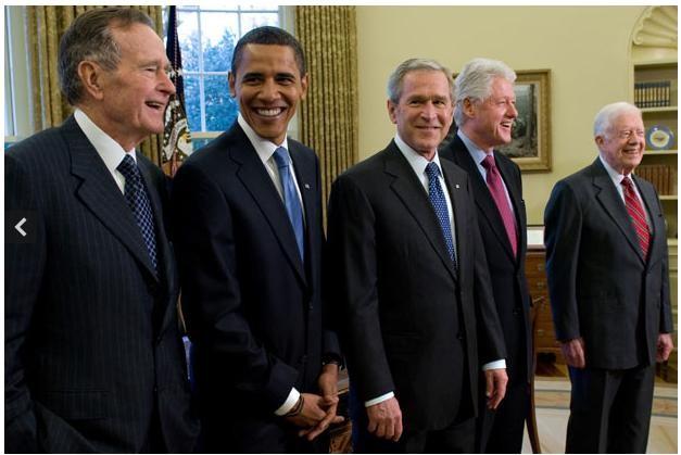 Ngày 10 tháng 11 năm 2008: Ông Obama cùng phu nhân chụp ảnh cùng cựu tổng thống Mỹ George W Bush và phu nhân sau khi ông Obama trở thành tổng thống thứ 44 của Mỹ