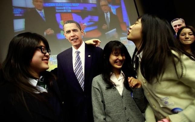 Học sinh Nhật Bản hôn gió ông Obama tại đại sứ quán Mỹ tại Tokyo, Nhật Bản