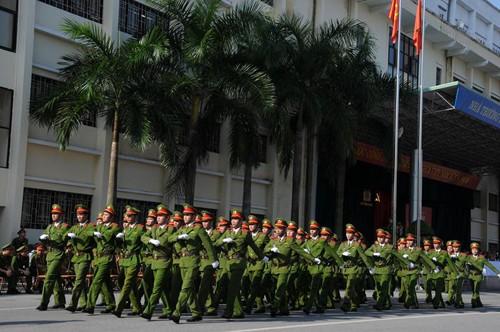 Mở đầu là màn diễu binh duyệt đội ngũ