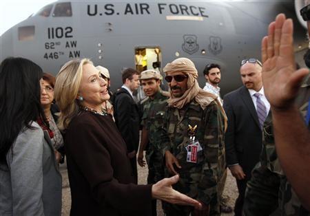 Ngoại trưởng Mỹ Hillary Clinton được chào đón tại sân bay. Ảnh: Reuters