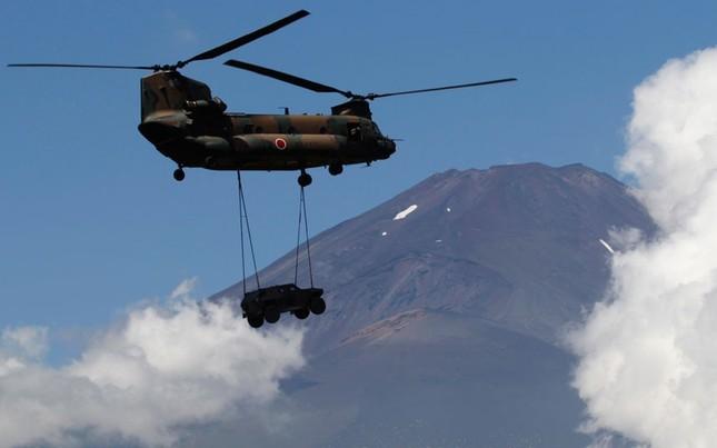 Trực thăng Chinook CH-47 mang theo xe bọc thép