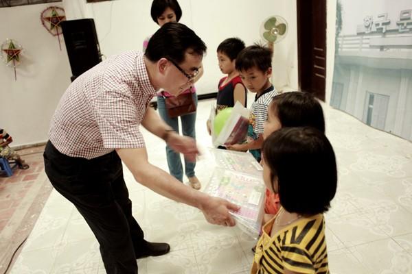 Giám đốc Trung tâm VH Hàn Quốc Park Nark Jong trao quà cho các em nhỏ