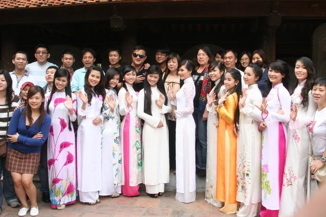 Nhiều du khách thăm quan Văn Miếu - Quốc Tử Giám không khỏi ngỡ ngàng và muốn chụp hình cùng những thiếu nữ duyên dáng trong tà áo dài