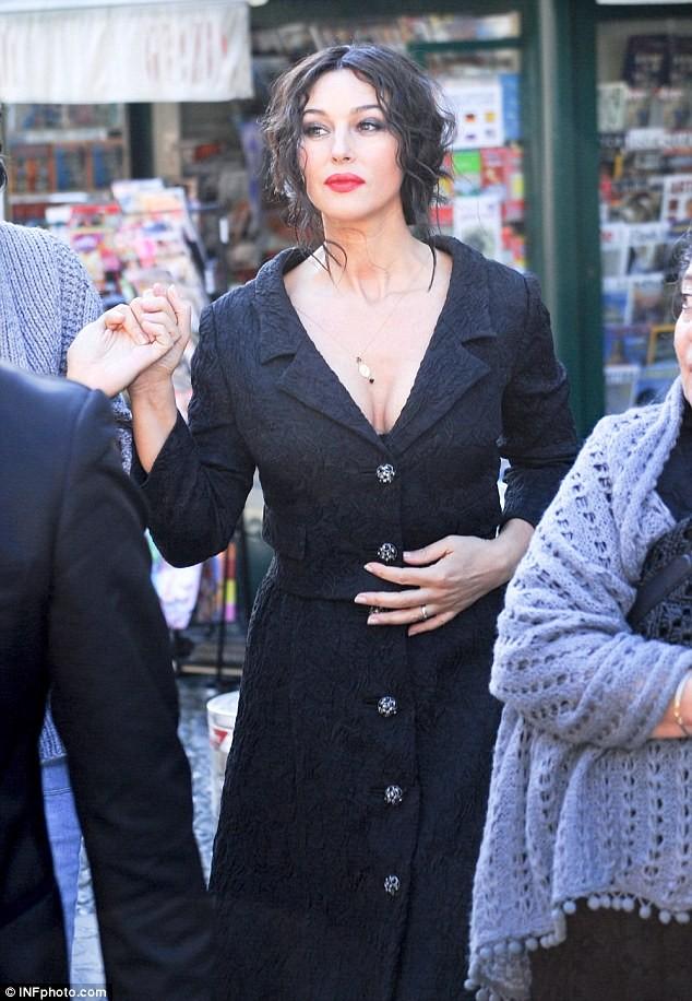 Monica Bellucci làm vơ-đét trong quảng cáo của D&G ảnh 12