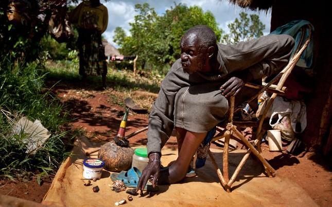 Một thầy phủ thủy tại Kenya đang sử dụng những vỏ sò để xem dự đoán xem ai sẽ thắng cử trong cuộc bầu cử tổng thống Mỹ