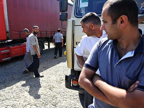 Các tài xế xe tải Iran và Azerbaijan xếp hàng dài chờ tại cửa khẩu biên giới. Ảnh: The NYT