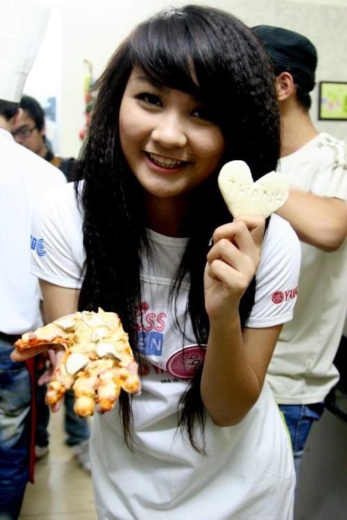 Nguyễn Thị Hồng Nhung và món bánh Piza có hình bàn tay của mính