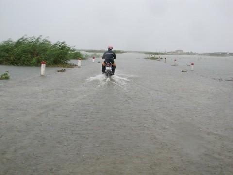 Tuyến Quốc lộ 49 vẫn còn ngập sâu sau bão.