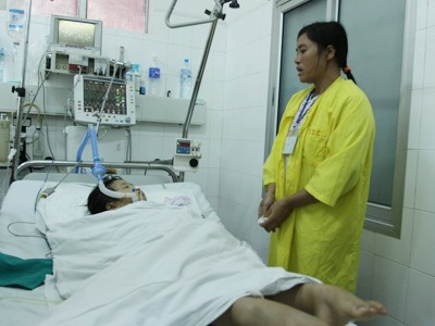 Cháu Bùi Thị Chúc (10 tuổi, quê Nam Định) vẫn bất tỉnh. Ảnh: Minh Đức
