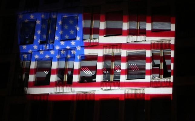 Ánh sáng phản chiếu lên trụ sở đại sứ quán Mỹ tại Anh