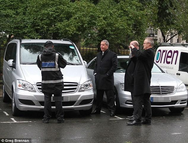 Cảnh sát Anh đã gắn thẻ phạt 80 bảng (130 USD) lên chiếc xe của bà Clinton
