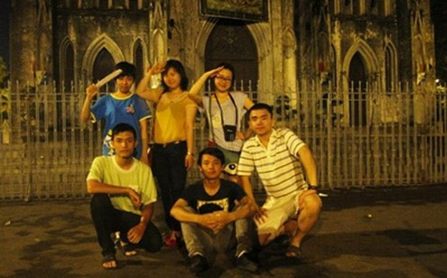 Nhóm Lài dừng chân tại quán trà chanh nhà thờ trước khi tiếp tục hành trình