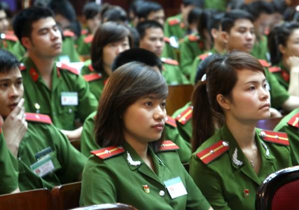 Đại biểu tham dự đại hội nghiêm ngắn với cảnh phục
