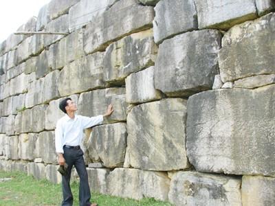 Những khối đá lớn được chuyển về từ đâu vẫn là dấu hỏi Ảnh: Hoàng Lam