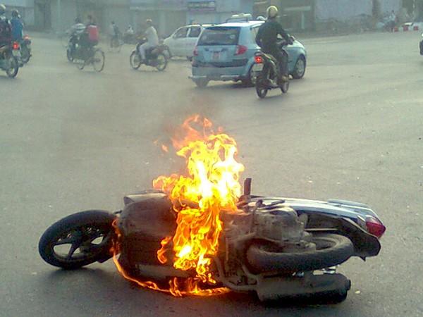 Honda Air Blade cháy trên đường Nguyễn Trãi