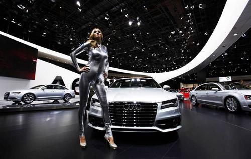 Người mẫu đứng cạnh chiếc Audi A7 tại triển lãm ô tô Bắc Mỹ (NAIAS) 2011